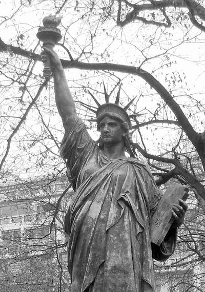 Luxembourg la statue de la liberte dans le 6 me un mirage - Statue de la liberte jardin du luxembourg ...